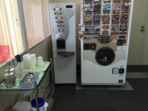 無料のお茶や半額で買える自動販売機もあります。